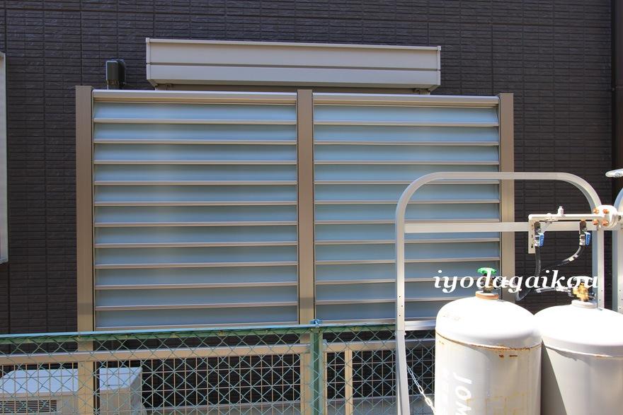 アパート側には目隠しと風通しを備えたフェンス