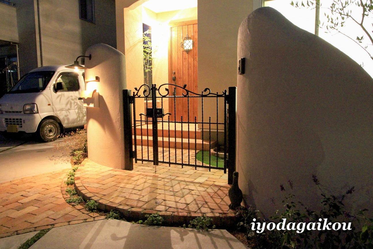 塗り壁と鋳物門扉の組み合わせ