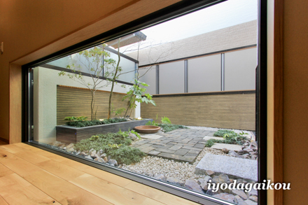 地窓部分にウッドデッキ上に坪庭を作製