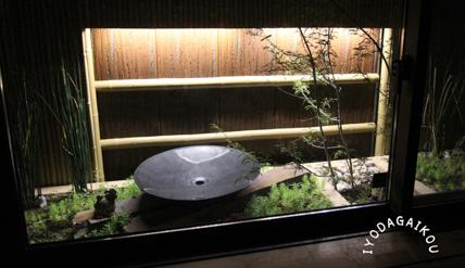 地窓の坪庭 上にあげて植栽スペースを