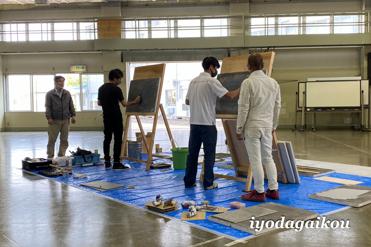 タイル貼りの実演練習。右側白で決まっているのが田中君です