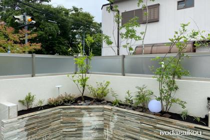 お庭の花壇内にも自動散水と防犯カメラを・・・