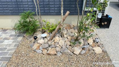 植栽足元にグリ石と化粧砂利で彩りを・・・
