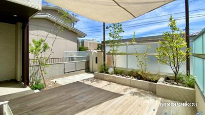 日除けシェードとタイルデッキとお庭