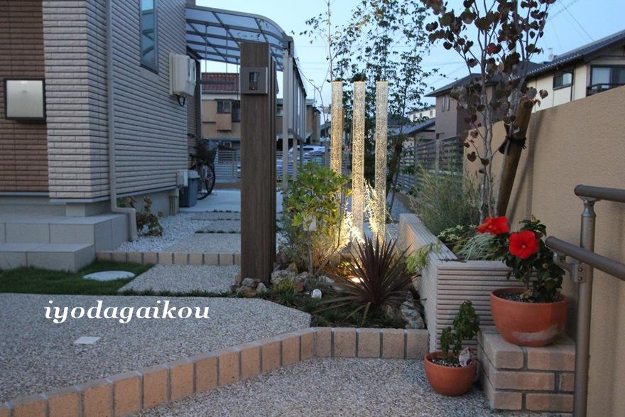 ガラス角柱と植栽と照明でビューポイントを作製