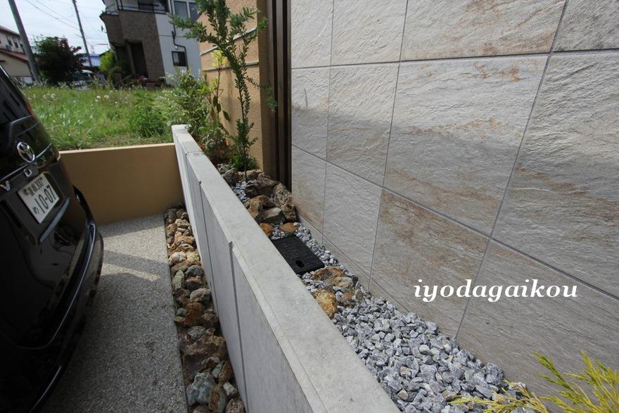 あると便利な地下水栓は花壇の中にコッソリと(笑)