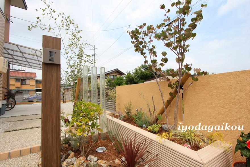 花壇はタイルを貼り、さりげなく品を加えて