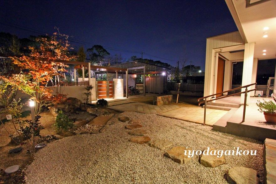 和室前から眺める庭 照明の灯りが雰囲気を演出