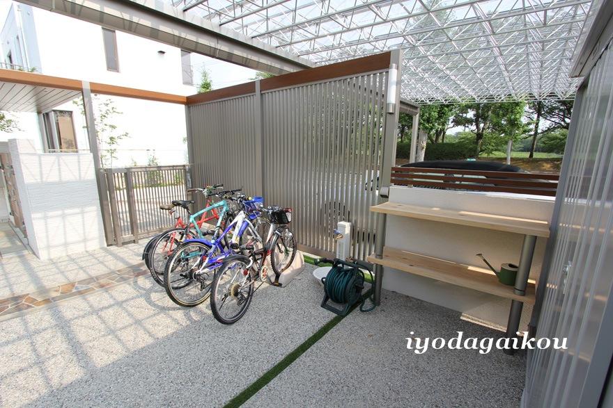 屋根の下に自転車置き場・水栓・棚・物置を置いて