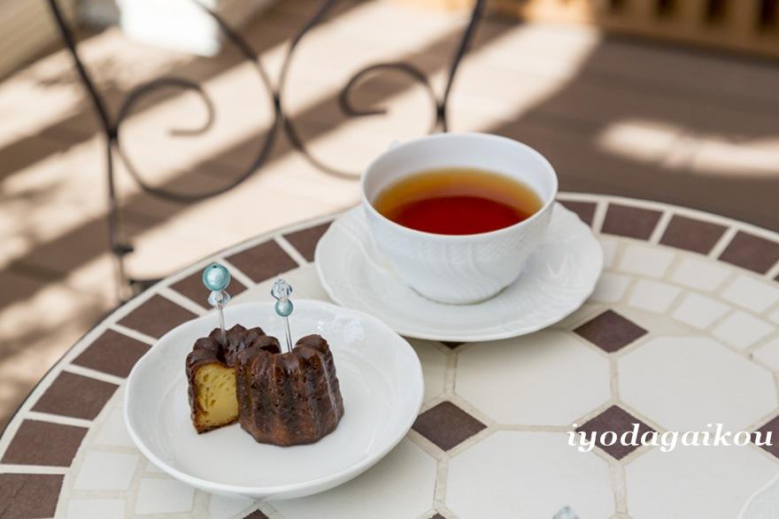 美味しそうなカヌレと紅茶でくつろぎタイムを
