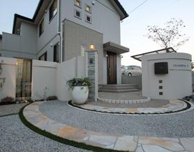 〜素敵で優しいデザイン門柱 タイルデッキでお庭に出よう!! ・・・豊橋市 O様邸