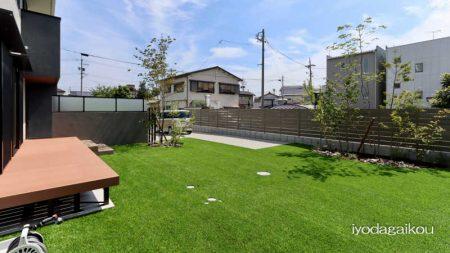 人工芝と目隠しフェンスのあるお庭